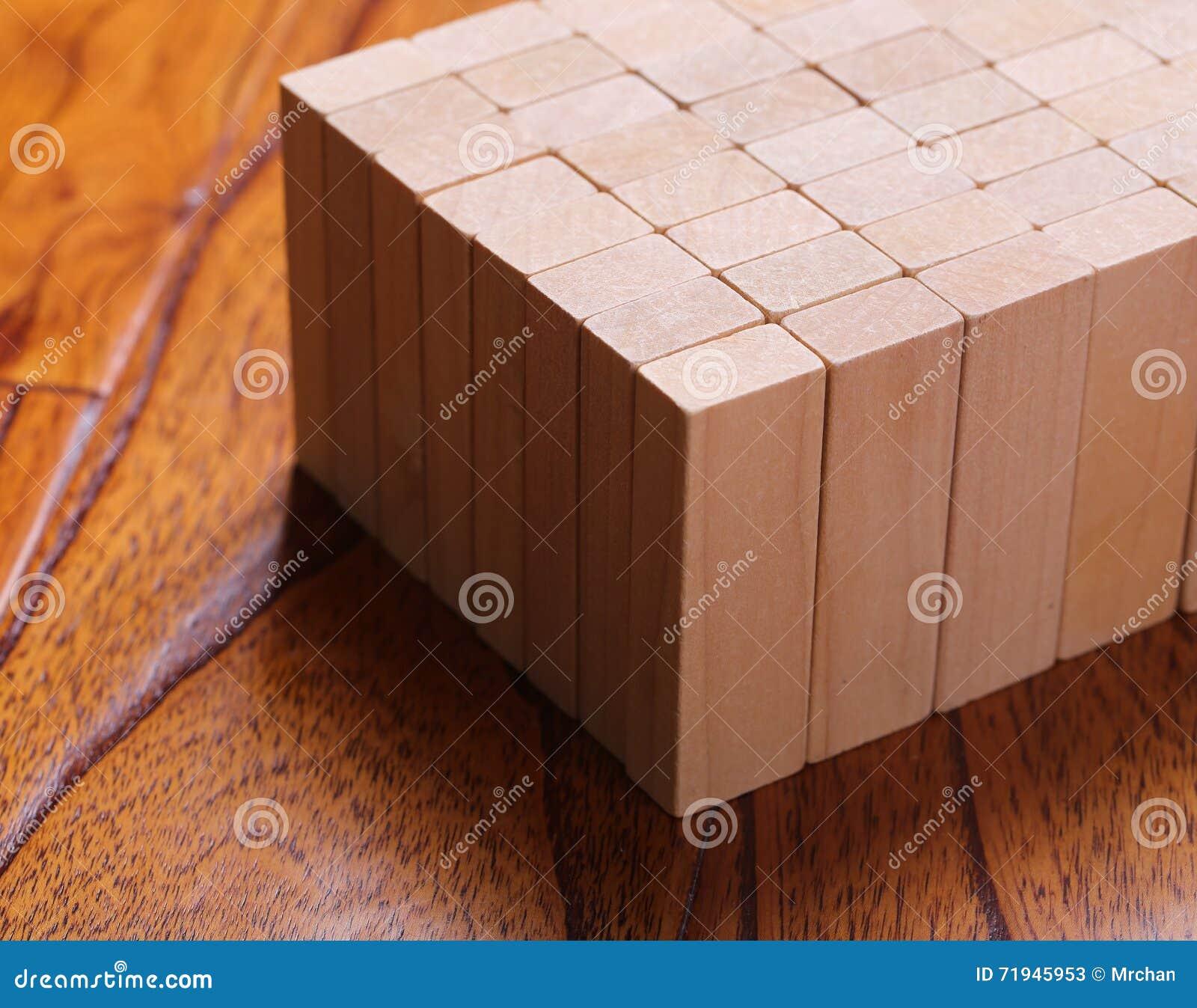 преграждает деревянное