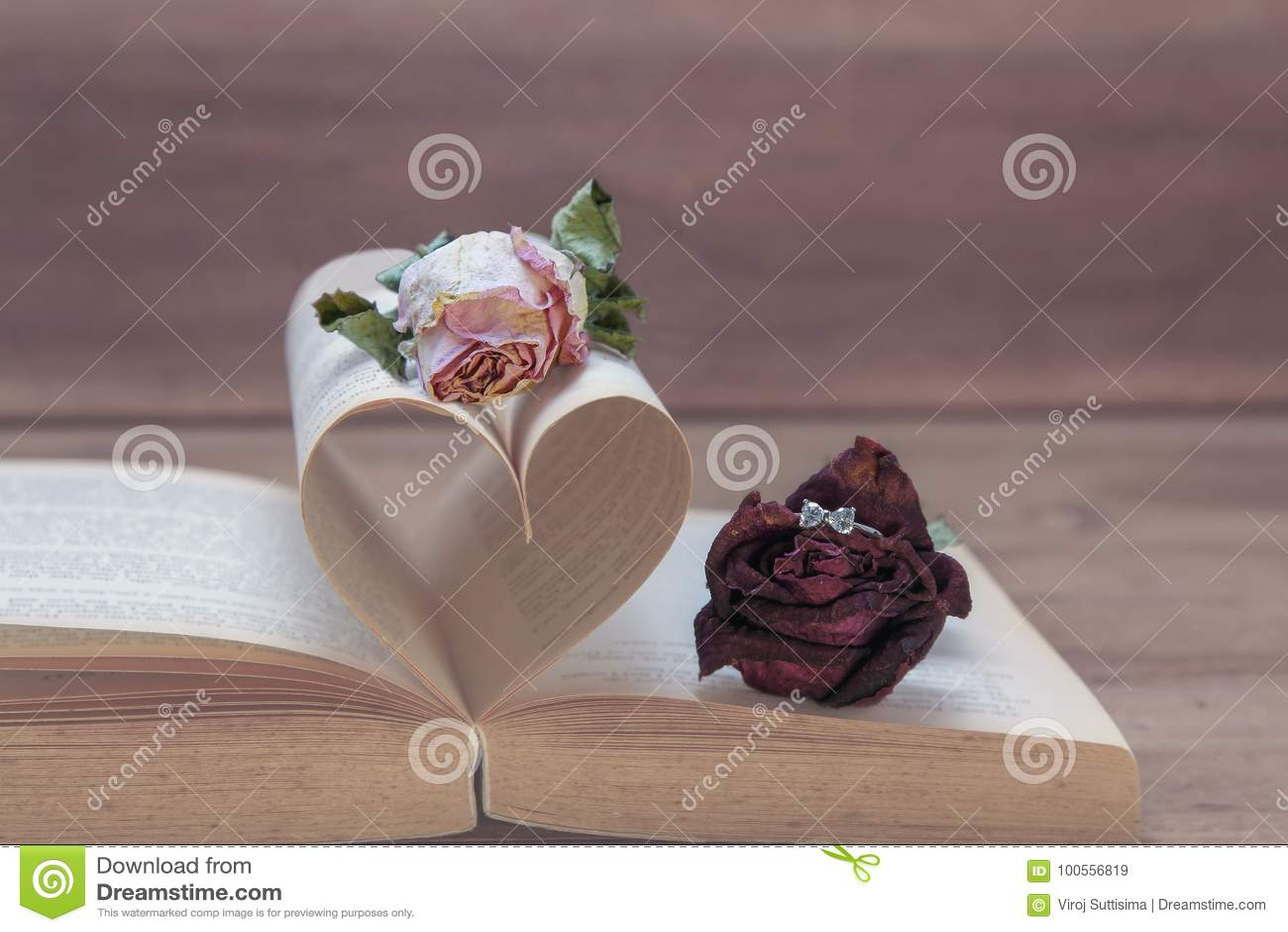 Предложение руки и сердца, концепция влюбленности с розовой и звенит, розовые тоны