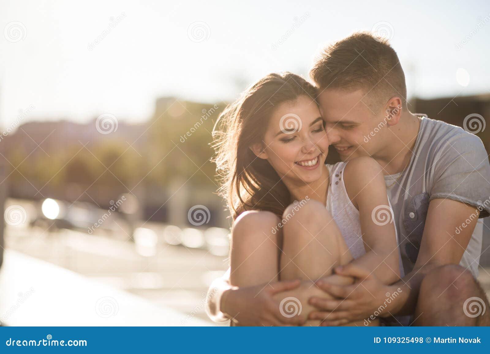 Предназначенные для подростков пары влюбленности обнимая снаружи