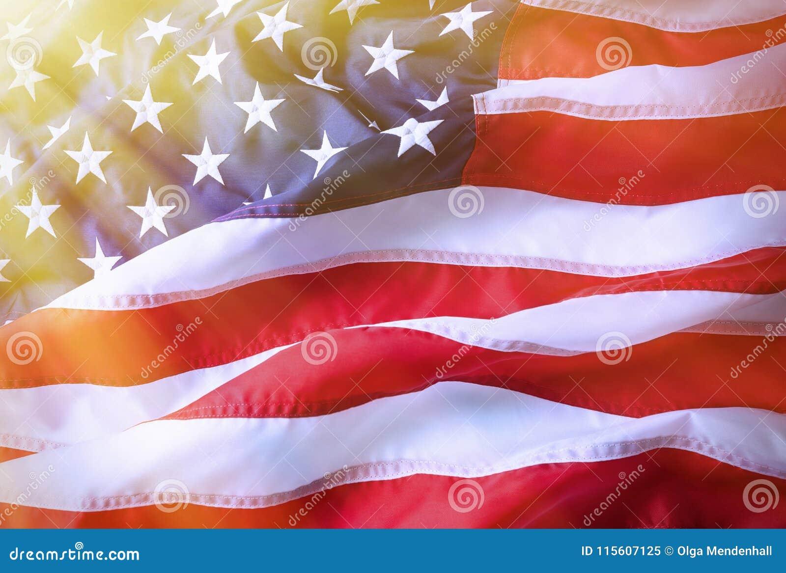 Предпосылка американского флага Ярко освещенный американский флаг Солнечный свет, sunflare на правильной позиции