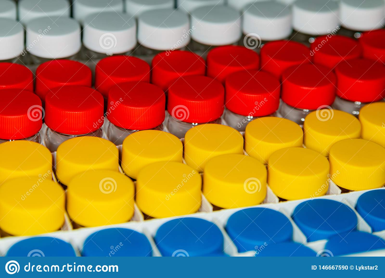 Предпосылка белых, красных, желтых и голубых консервных банок