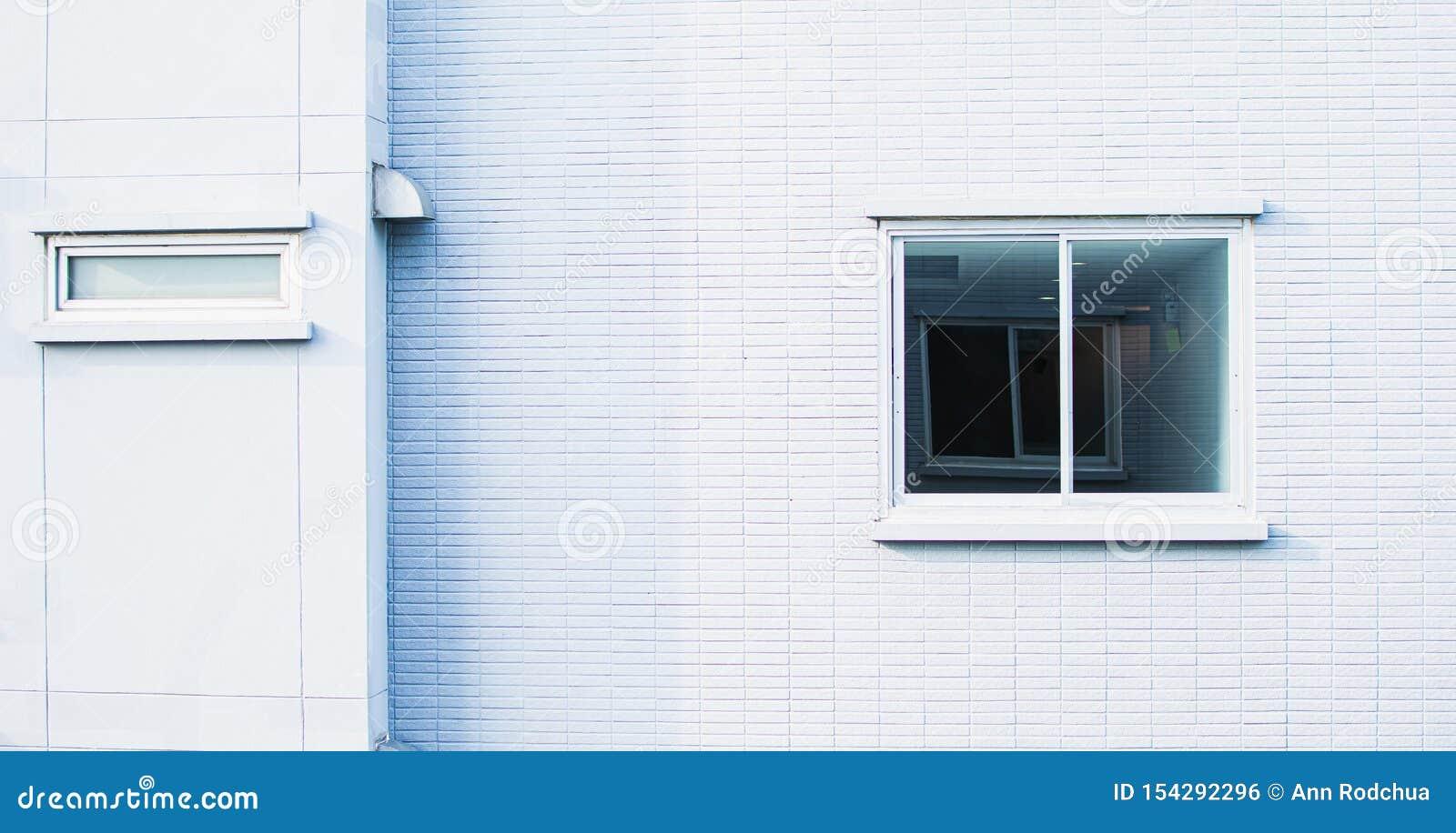 Предпосылка белых стены и окна