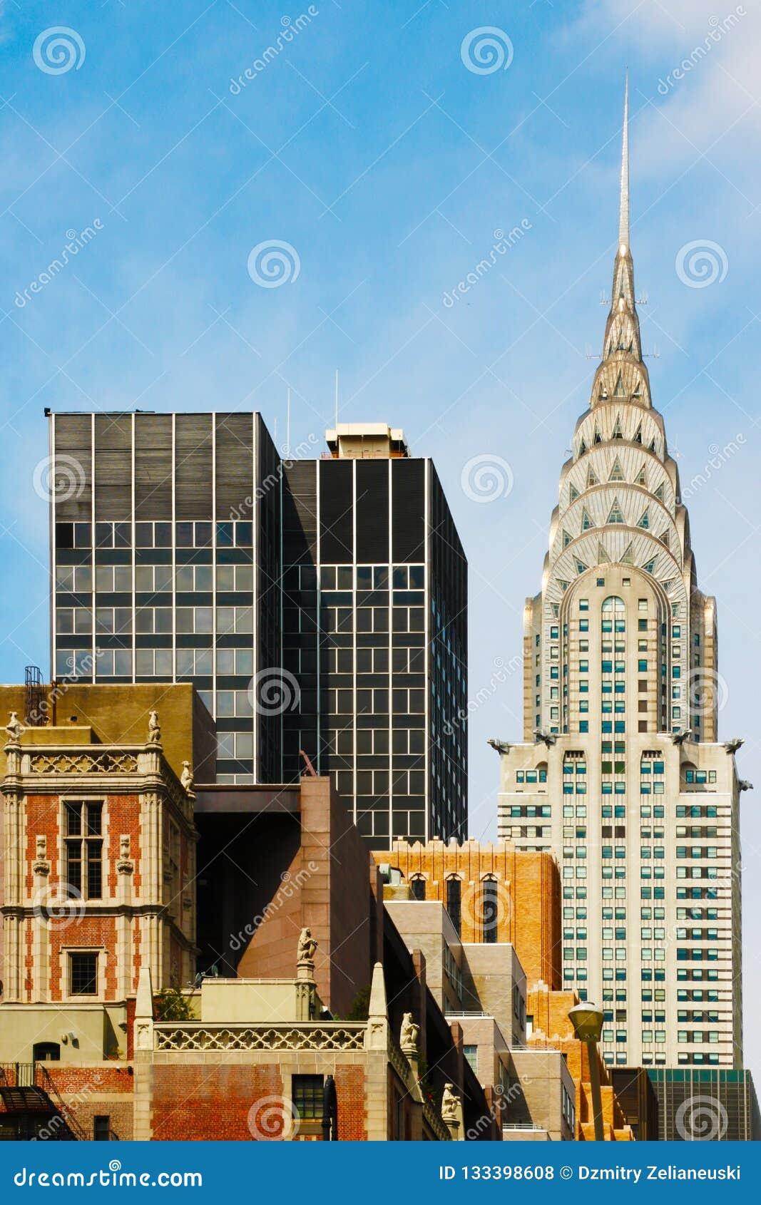 Предпосылка взгляда сверху офисного здания с красивым небом Здания Манхаттана центра Нью-Йорка - Уолл-Стрита
