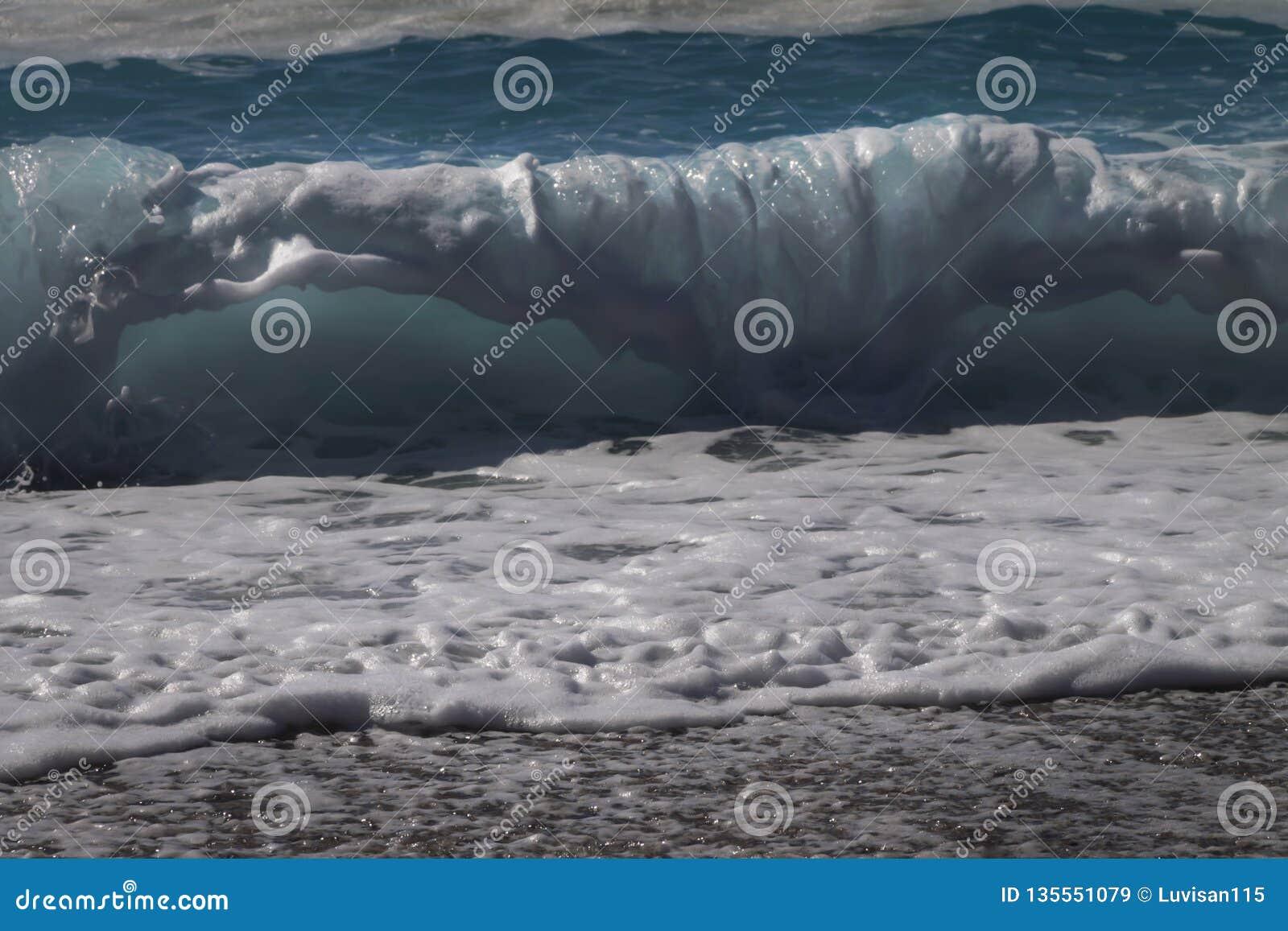 Предпосылка волны моря Взгляд волн от пляжа