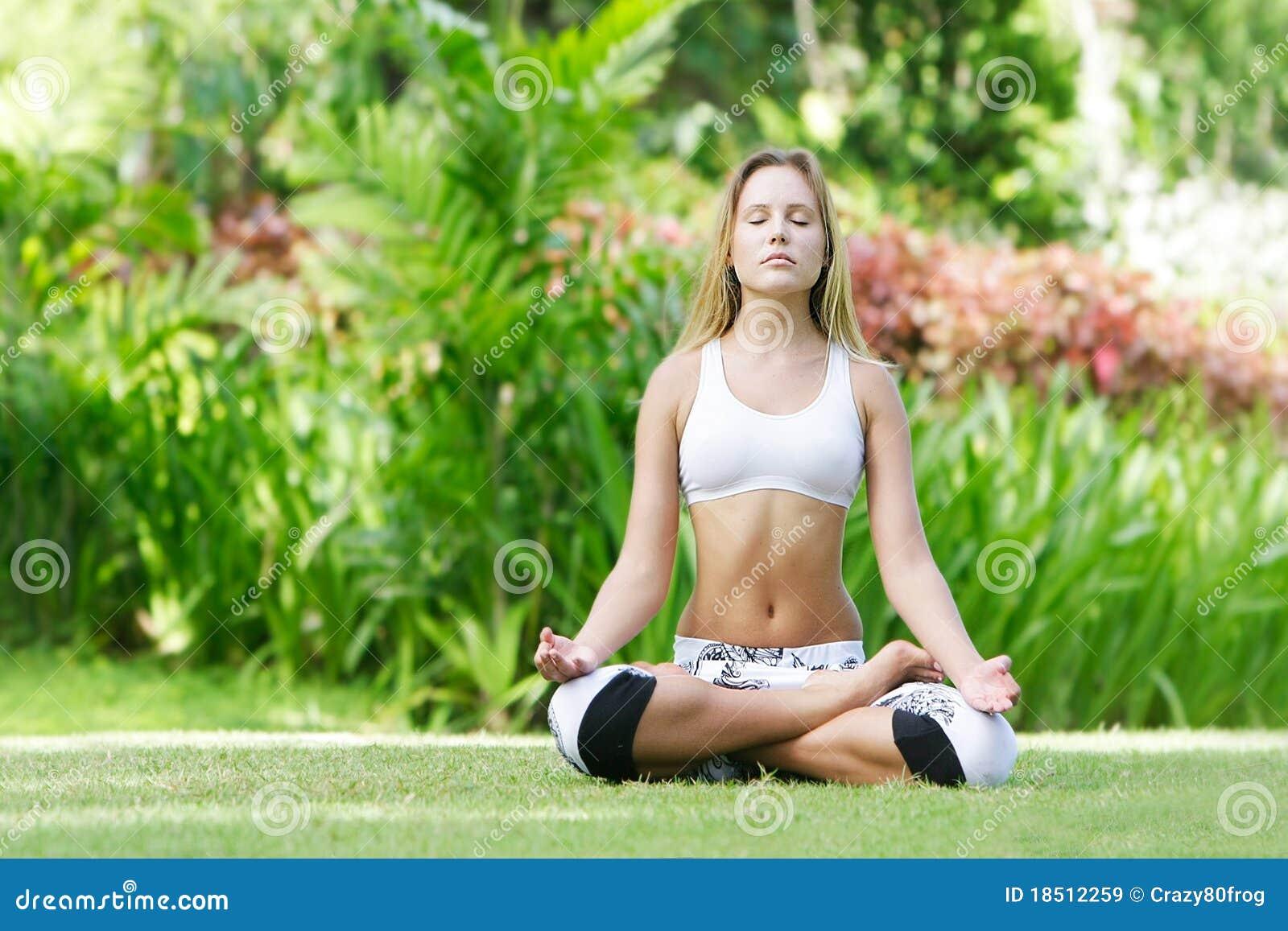 предпосылка делая естественную йогу женщины