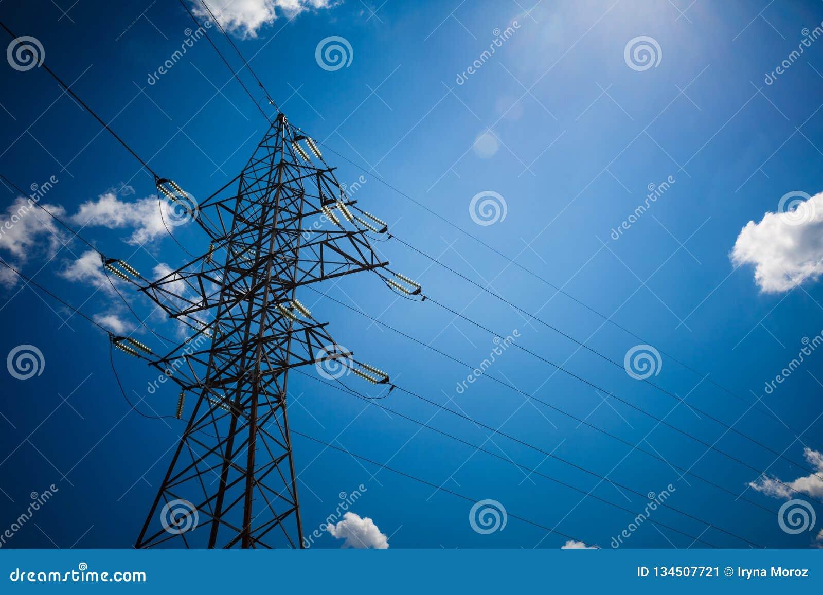 Предпосылка неба башни высоковольтного столба высоковольтная Электричество главная энергия мира