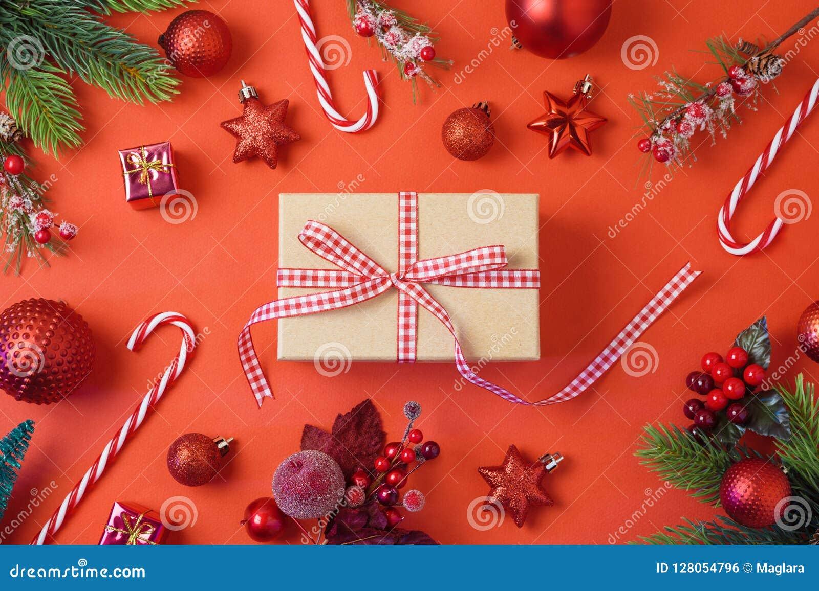 Предпосылка праздника рождества с подарочной коробкой, украшениями и orna