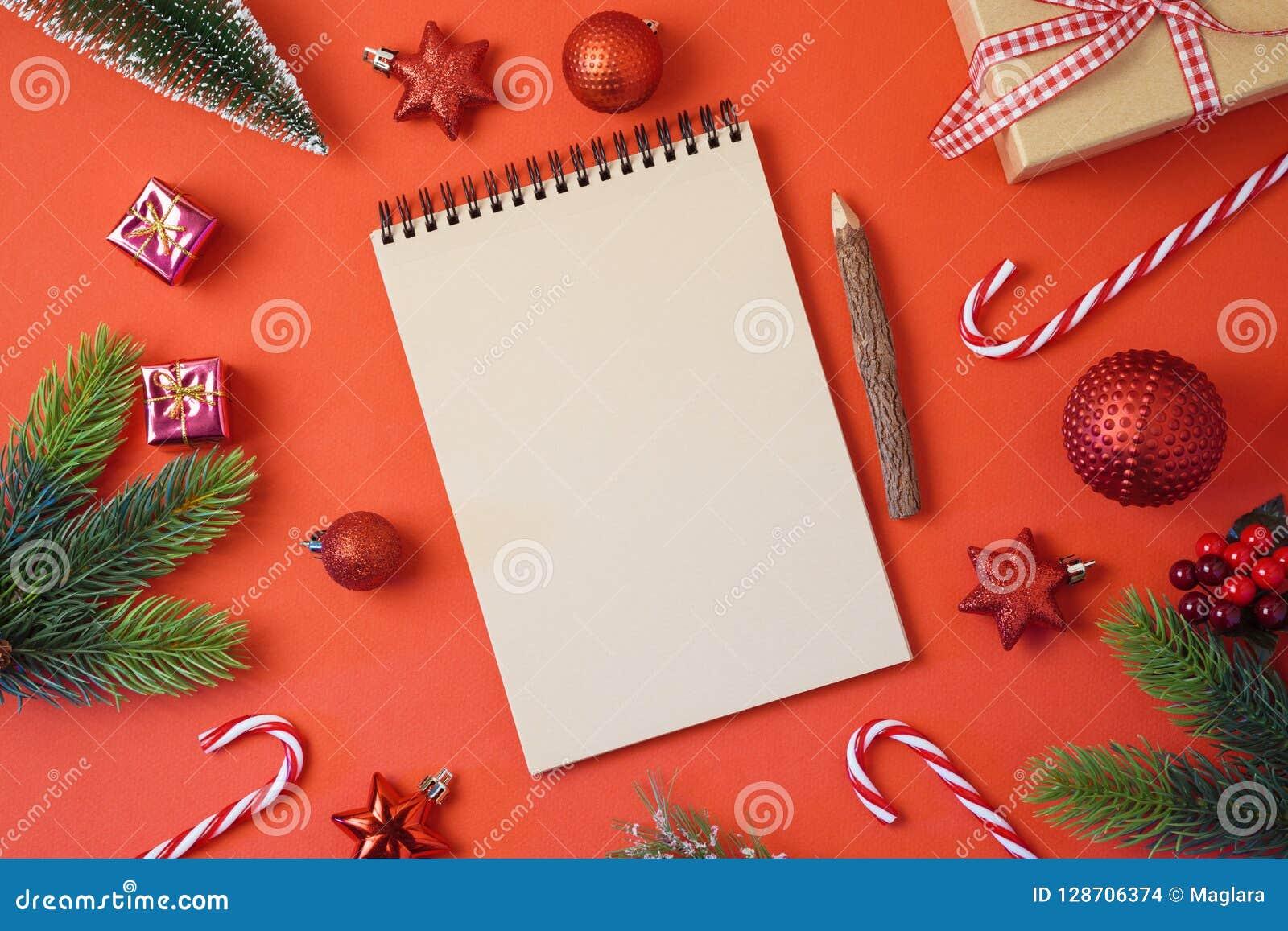Предпосылка праздника рождества с тетрадью и украшения на re