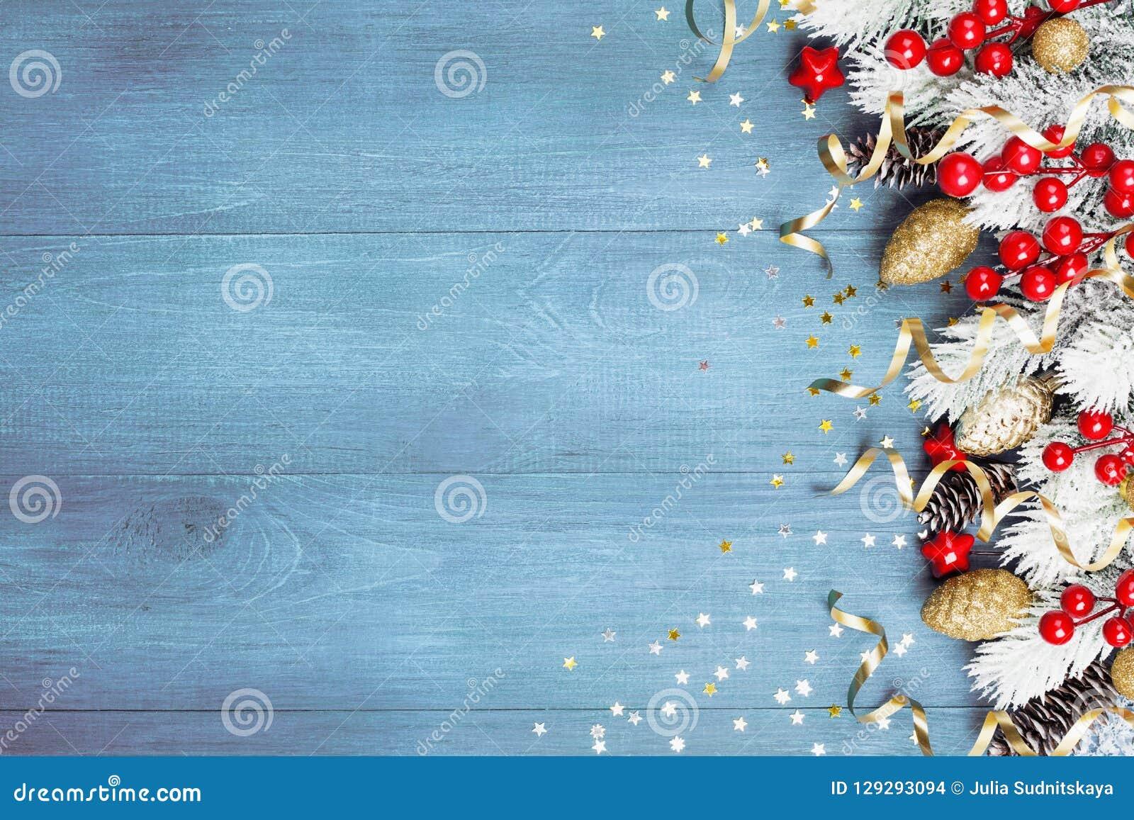 Предпосылка рождества со снежными украшениями ели и праздника на голубом взгляде сверху деревянного стола текст космоса приветств