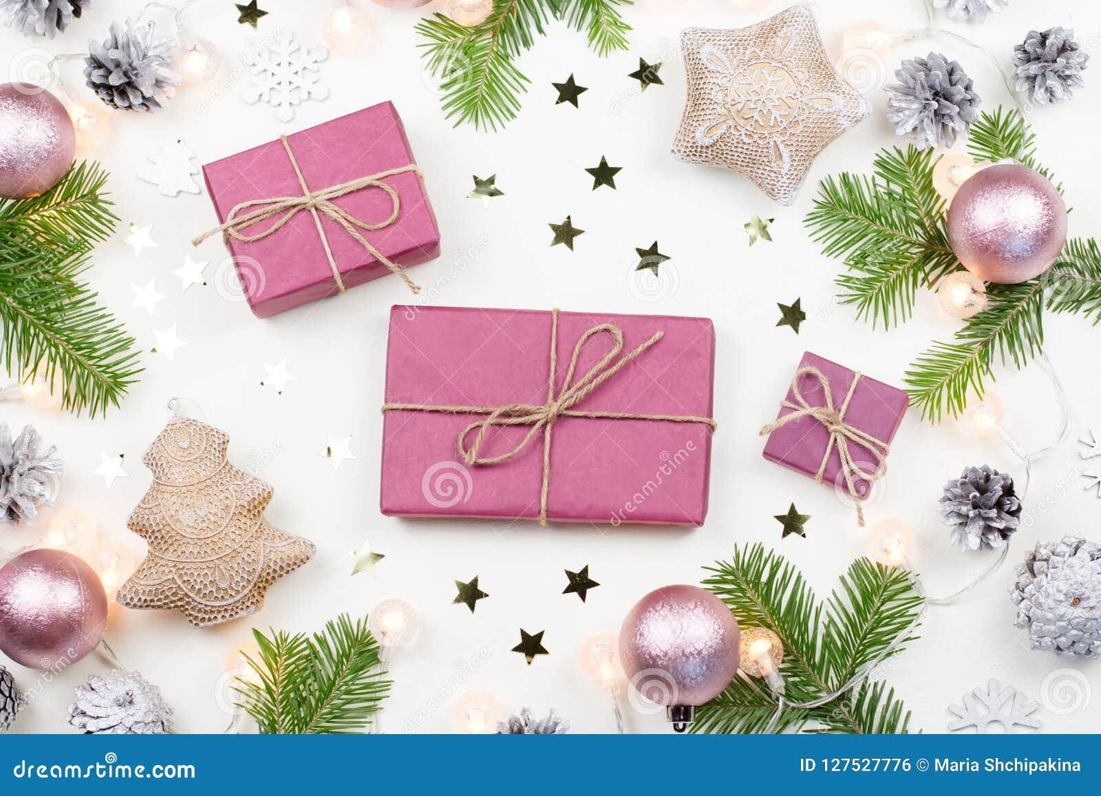 Предпосылка рождества с ветвями ели, фиолетовыми giftboxes, светами рождества, розовыми украшениями, серебряными орнаментами