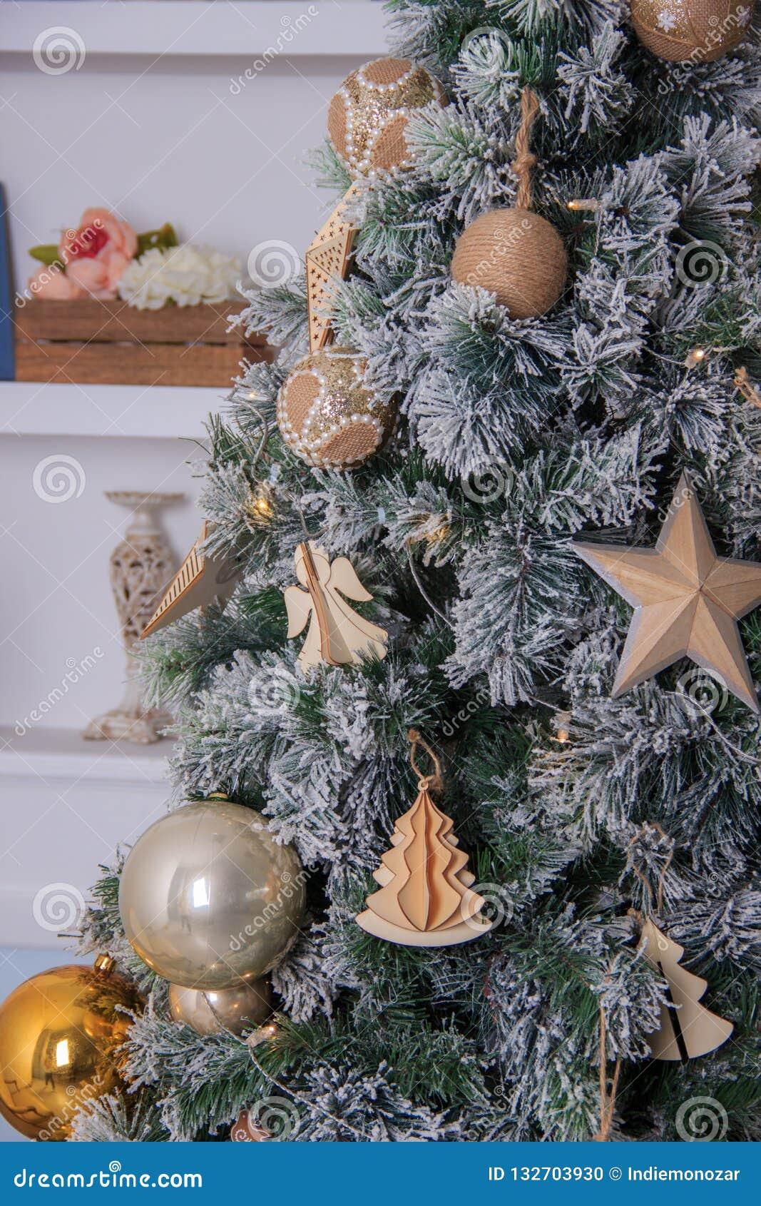 Предпосылка рождественской елки и украшения рождества в современном домашнем интерьере