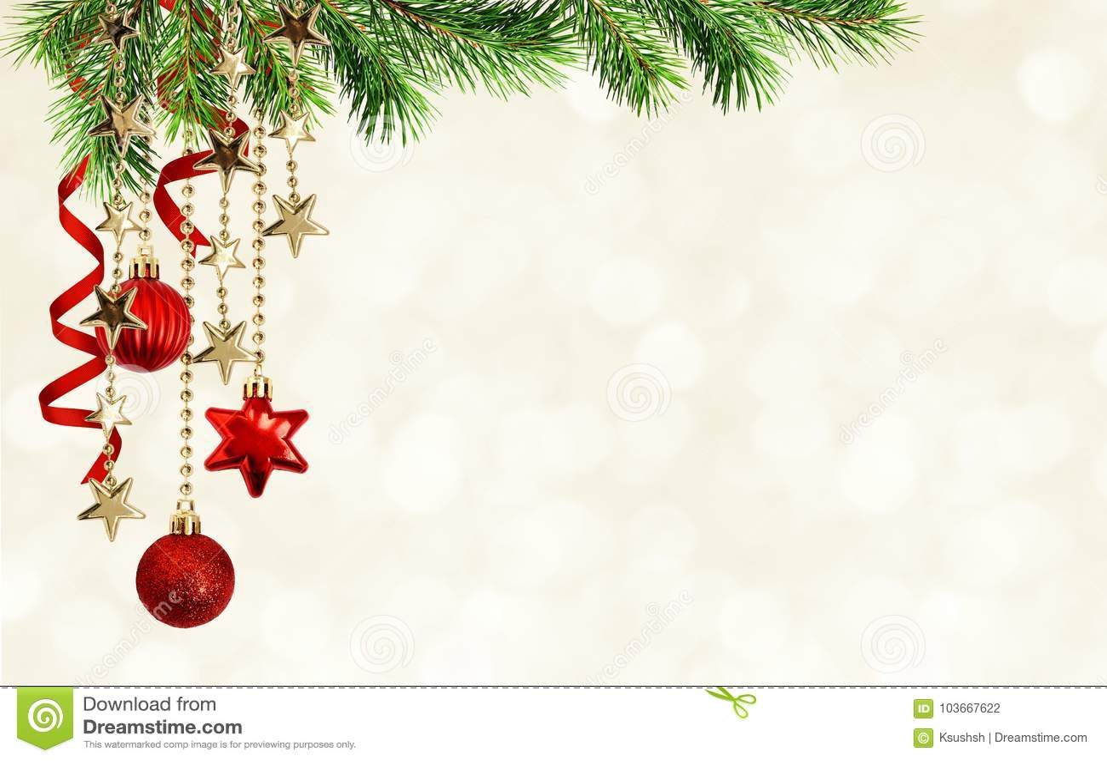 Предпосылка с зелеными хворостинами сосны, вися красное decorati рождества