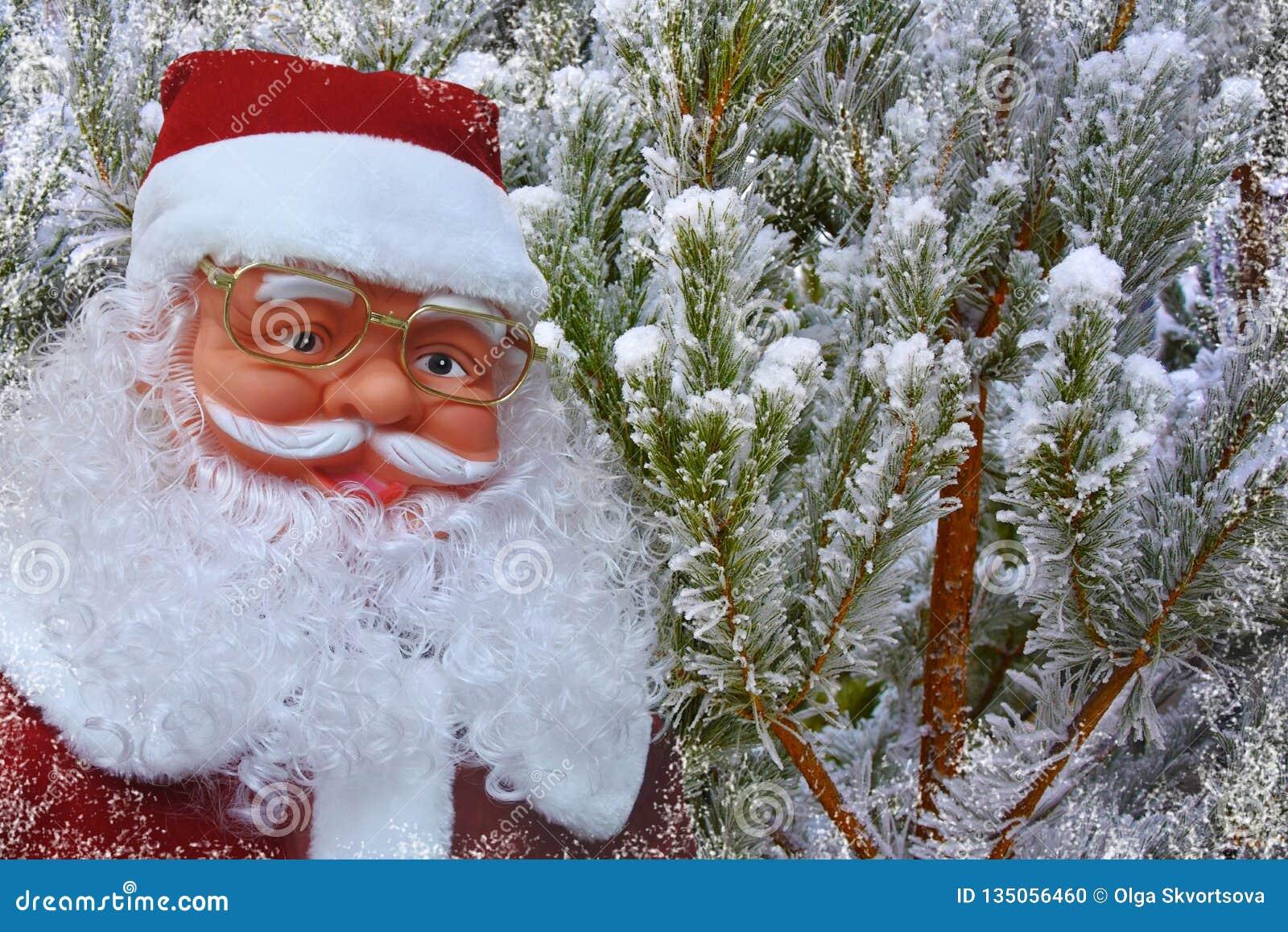 Предпосылка с Санта Клаусом и снежными рождественскими елками