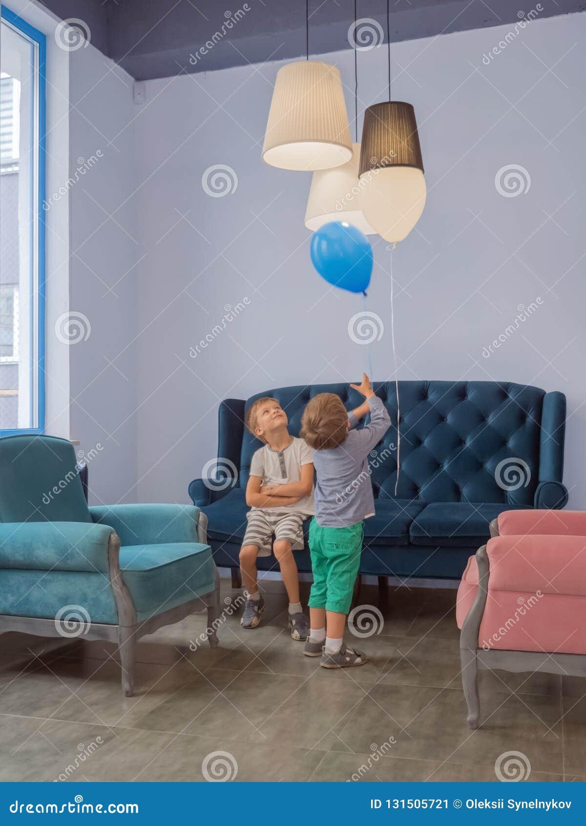 Предпосылка торжества детей Счастливая игра детей крытая Классическая внутренняя предпосылка Счастливый ребенк ослабляя на