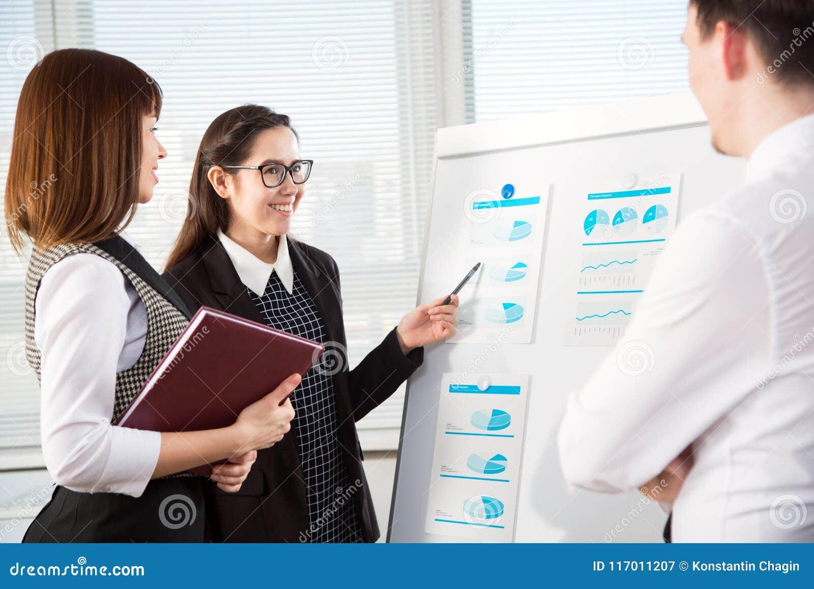 Предприниматели в встрече на офисе