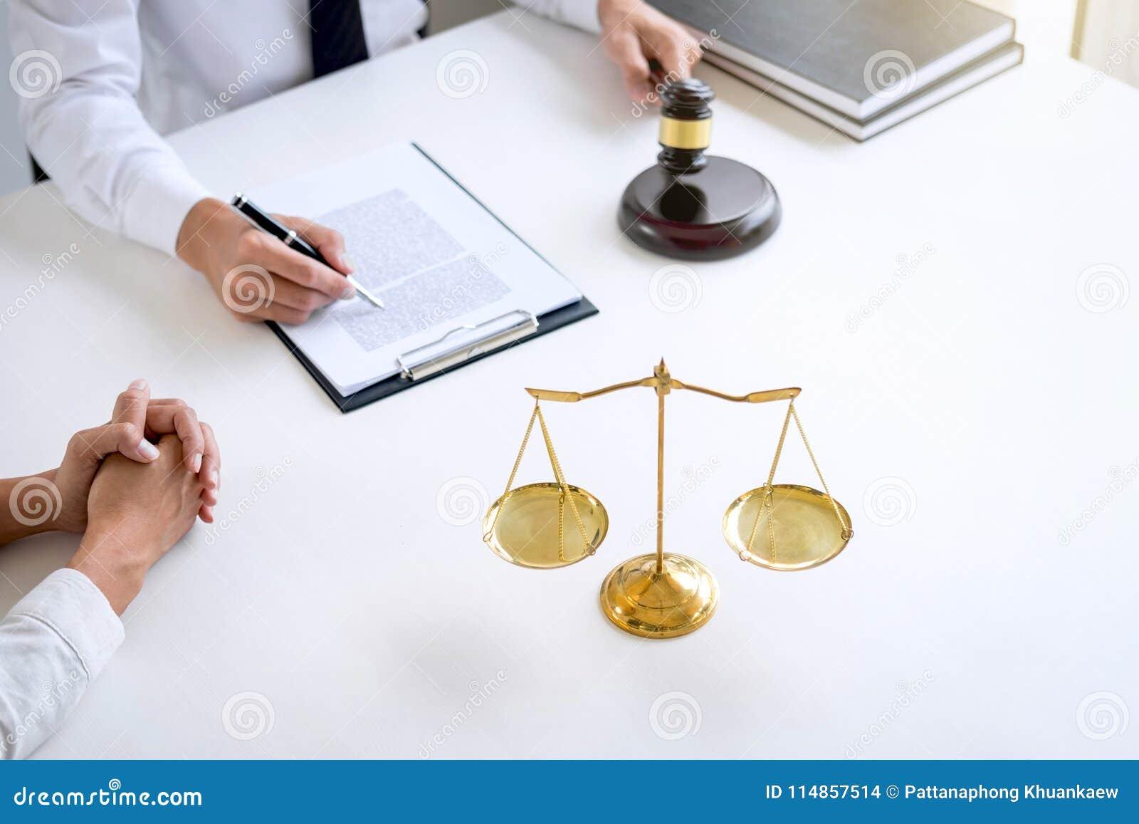 Предприниматели или юрист имея встречу команды обсуждая agreemen