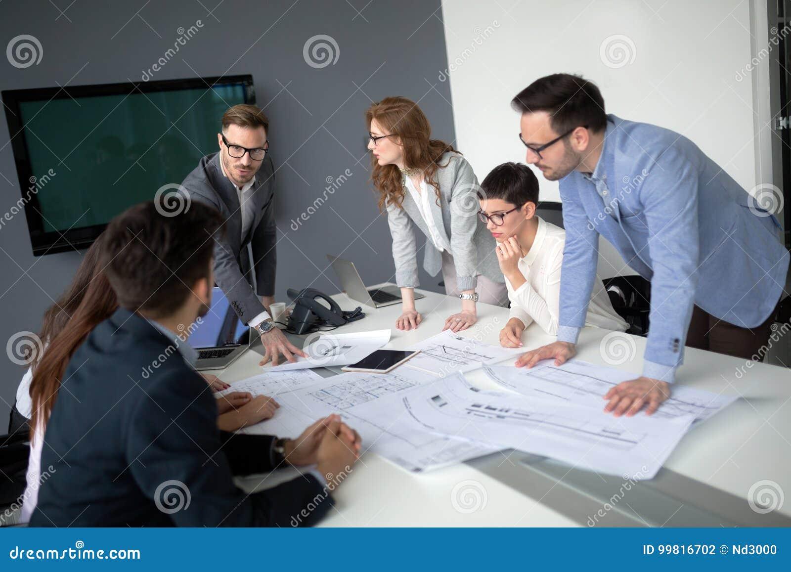 Предприниматели и бизнесмены конференции в современном встречая r