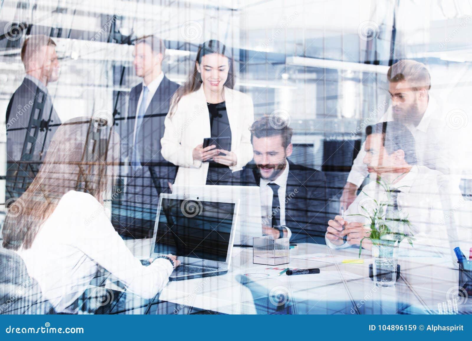 Предприниматель в офисе соединенном на интернете Концепция партнерства и сыгранности