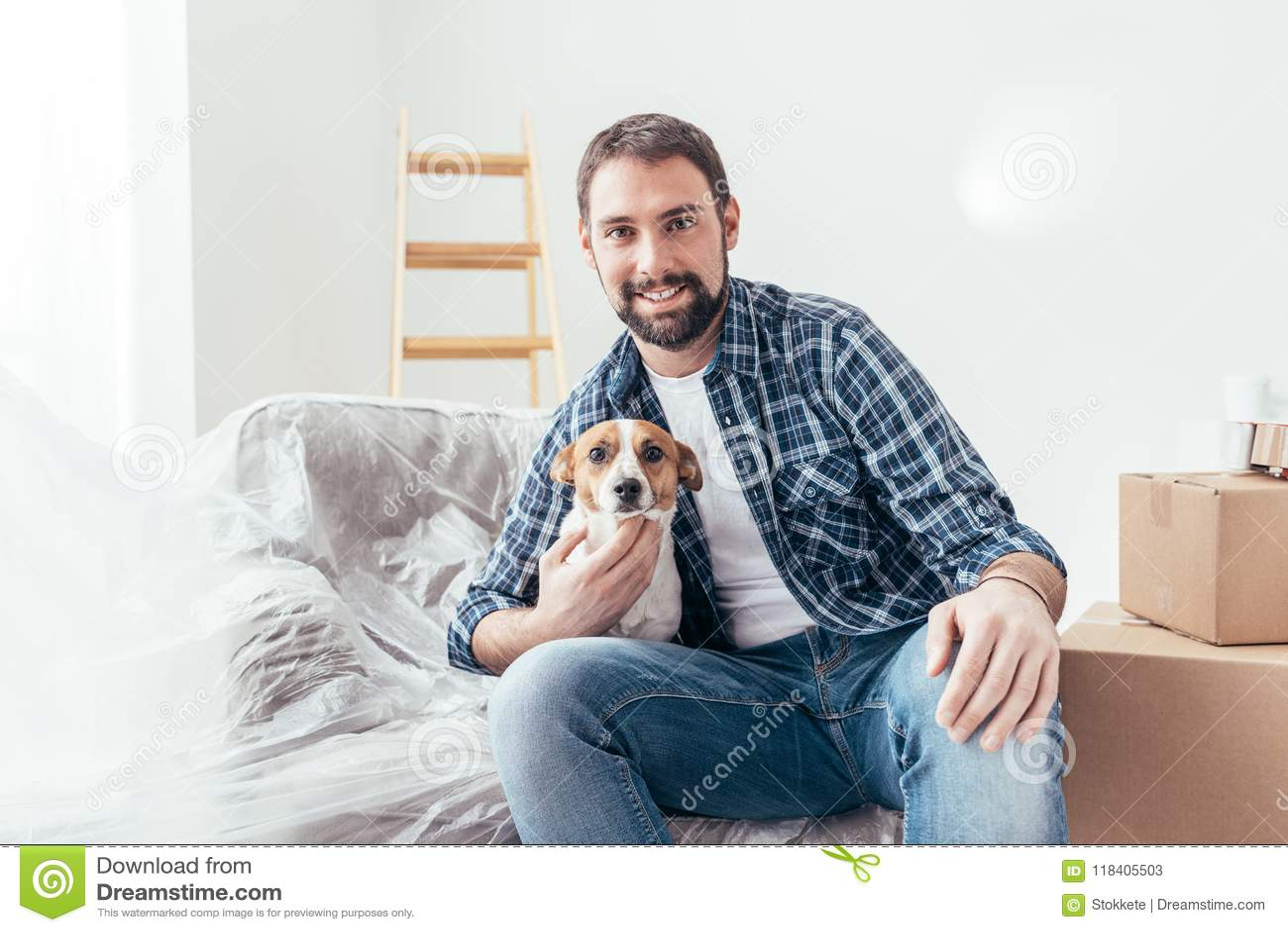 Предприниматель собаки в его новом доме