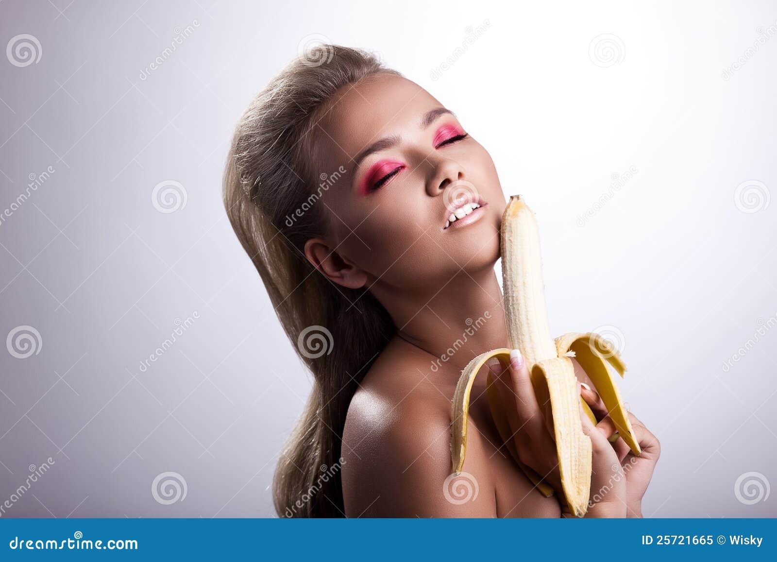 Как девушки эротично едят бананы картинки — photo 12