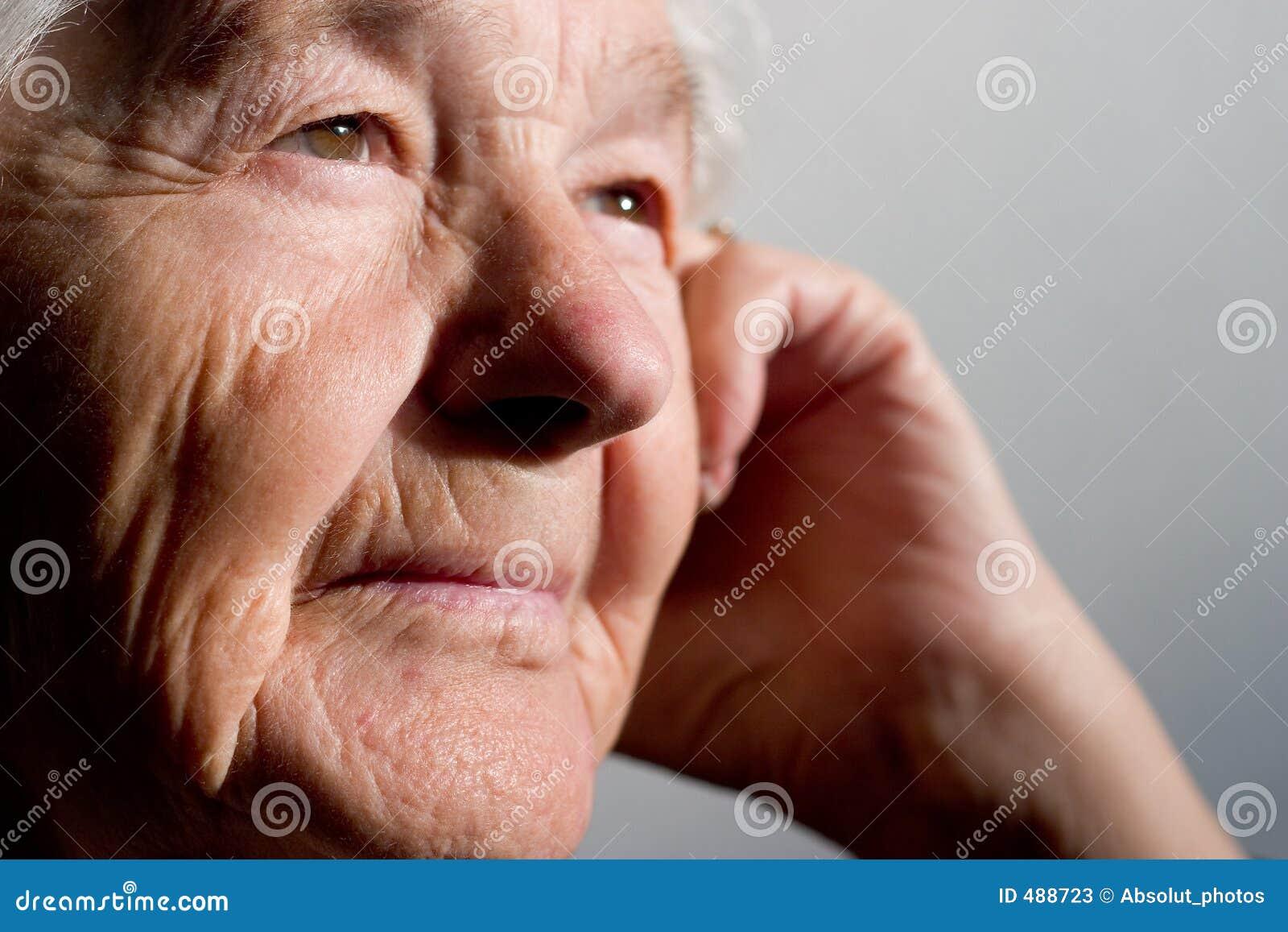 предусматривать пожилую женщину