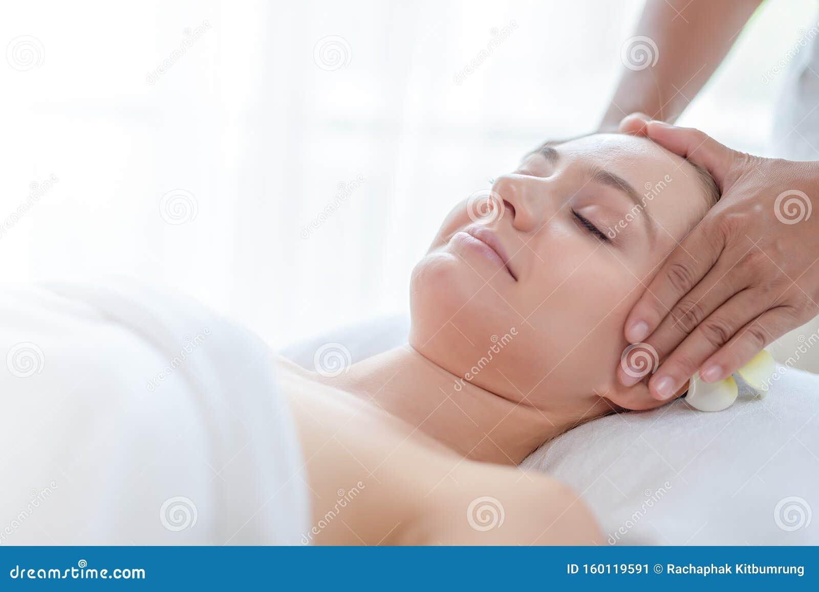 женщины с помощью массажера