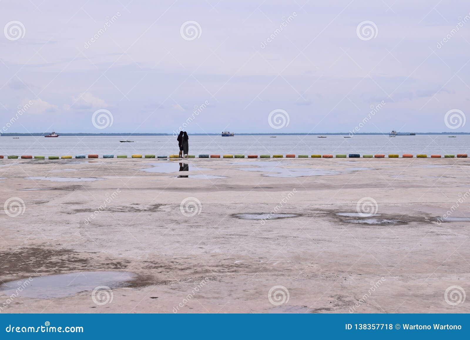 Прекрасные романтичные пары на ландшафте пляжа