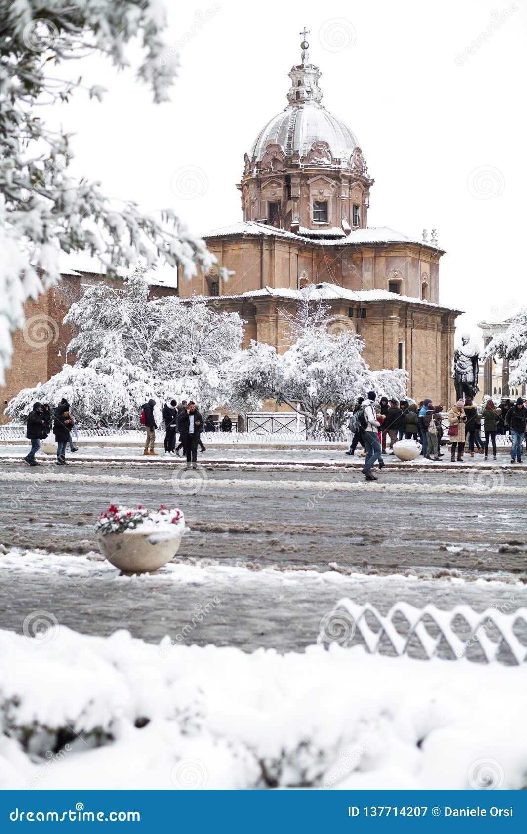 Прекрасный день снега в Риме, Италия, 26-ое февраля 2018: красивый вид снежных римских форумов и церков Святых Luca и