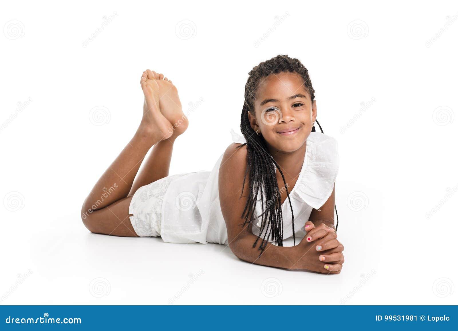 Прелестная африканская маленькая девочка на предпосылке белизны студии