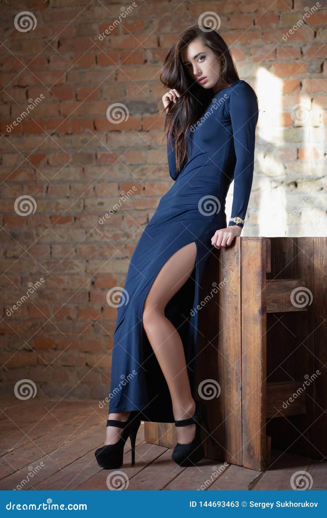 Прелестная женщина представляя в студии