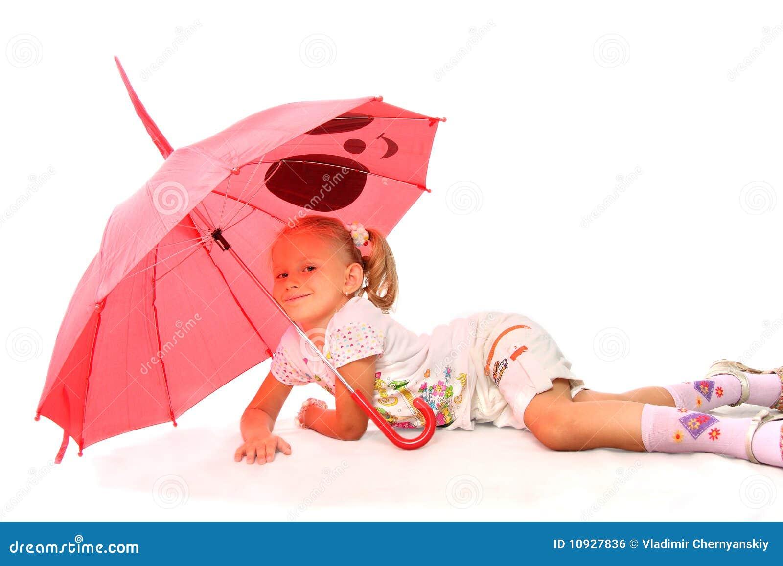 прелестно девушка меньший красный зонтик