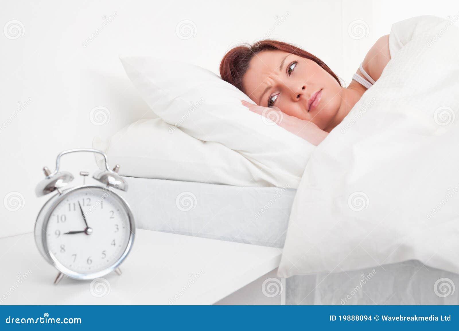 Прелестно red-haired женщина просыпая вверх