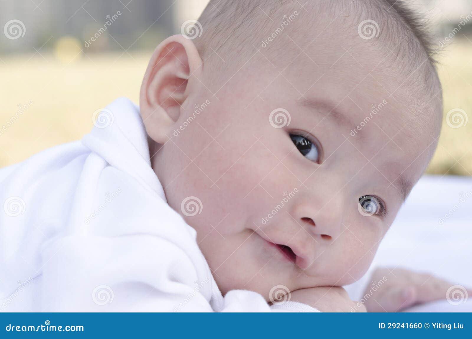 Прелестный взгляд младенца вперед