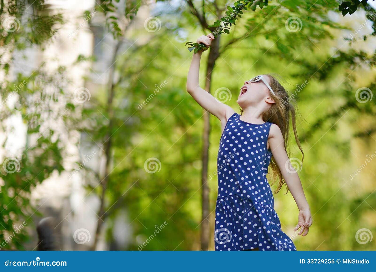 Прелестная девушка имея потеху outdoors