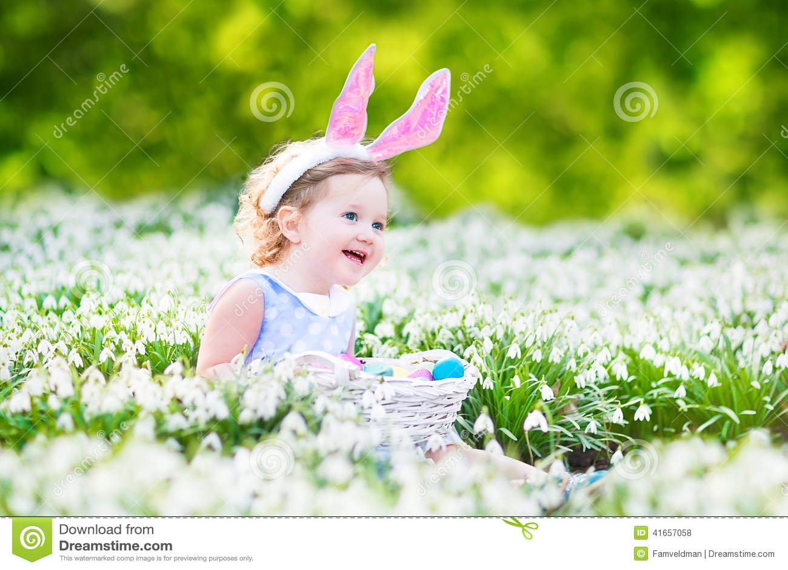 Прелестная девушка малыша в ушах зайчика с пасхальным яйцом