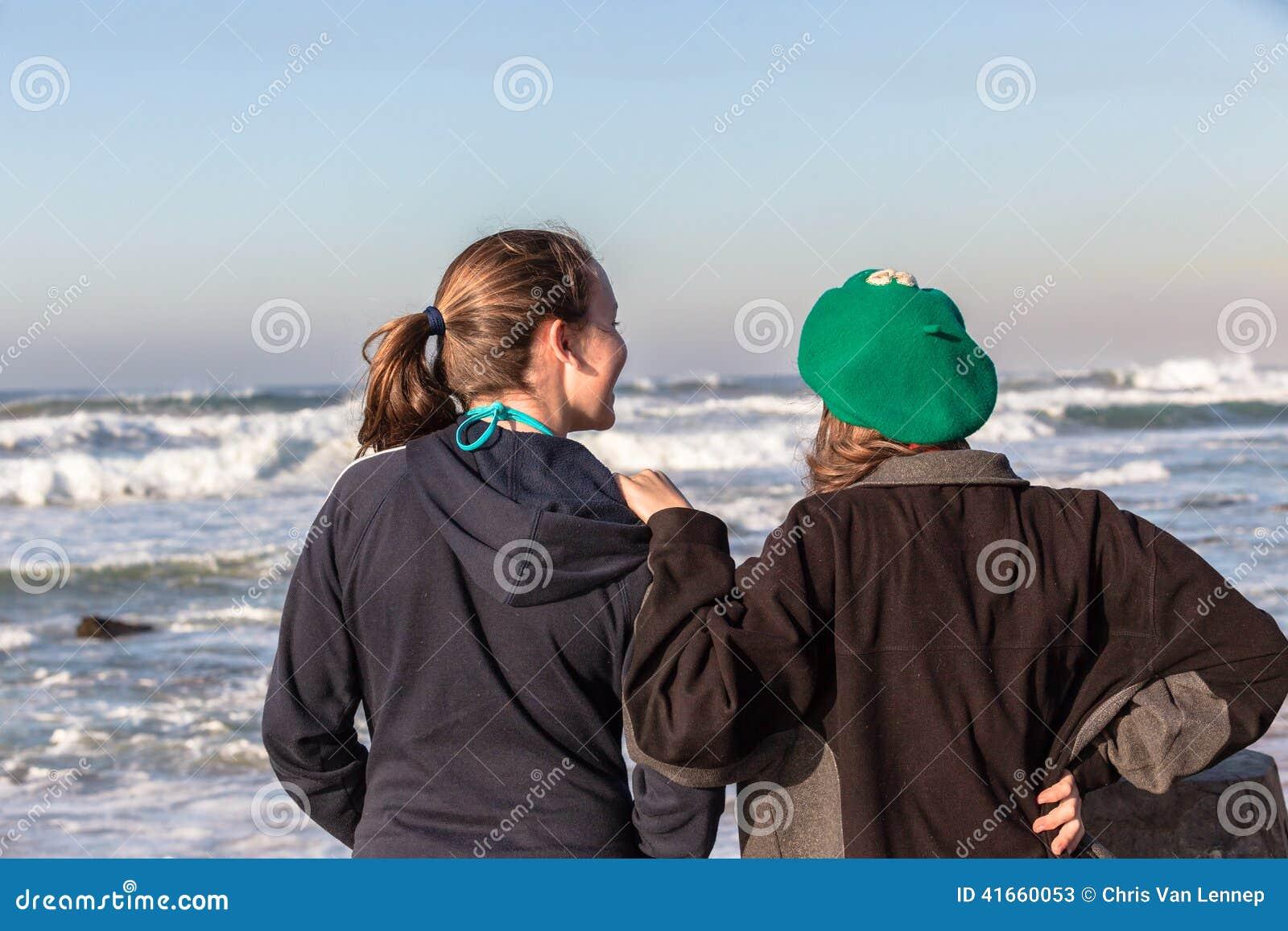 Предназначенные для подростков волны пляжа беседы девушек