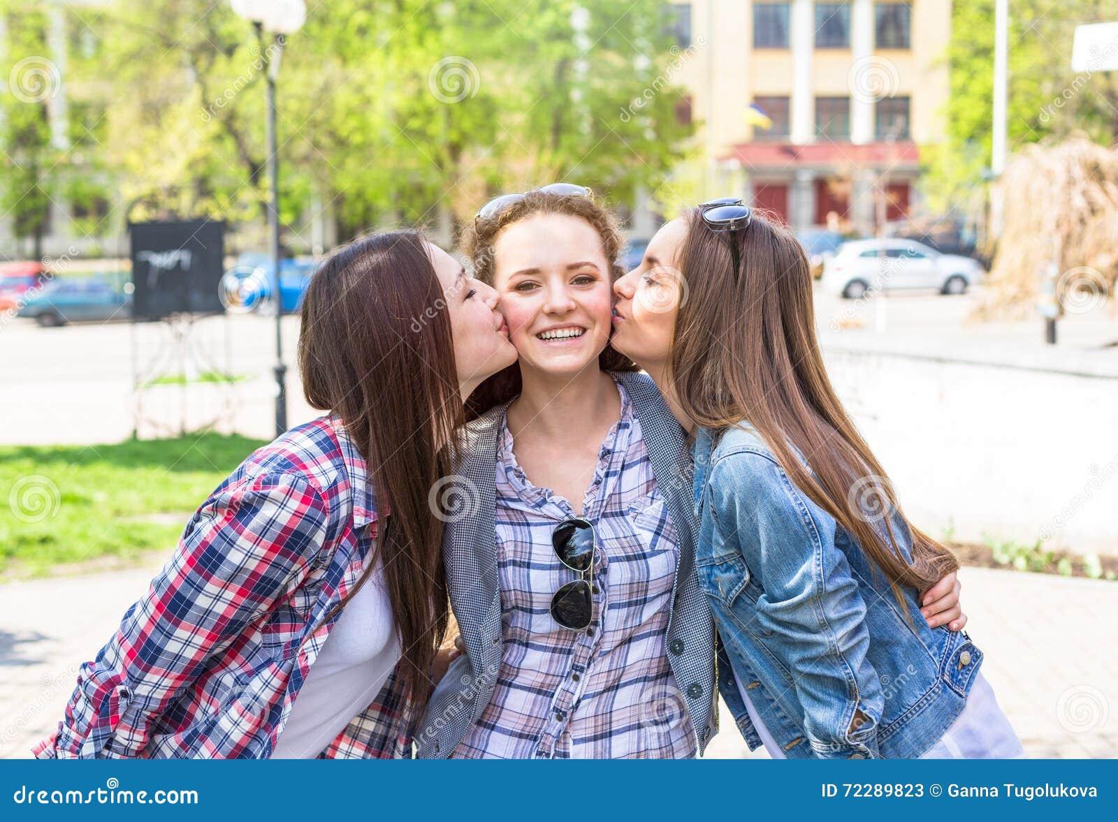 Download Предназначенные для подростков девушки наслаждаются приятельством Молодые счастливые подростки имея потеху в парке лета Стоковое Изображение - изображение насчитывающей битник, люди: 72289823