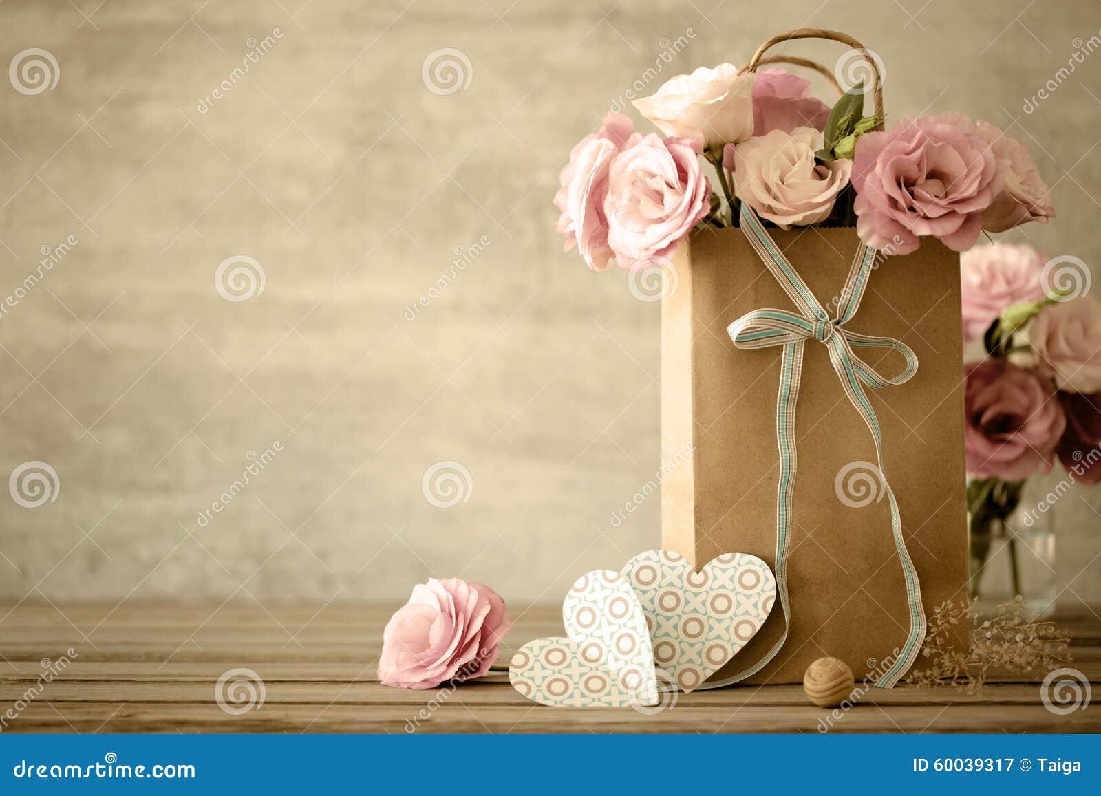 Предпосылка влюбленности с цветками и смычком