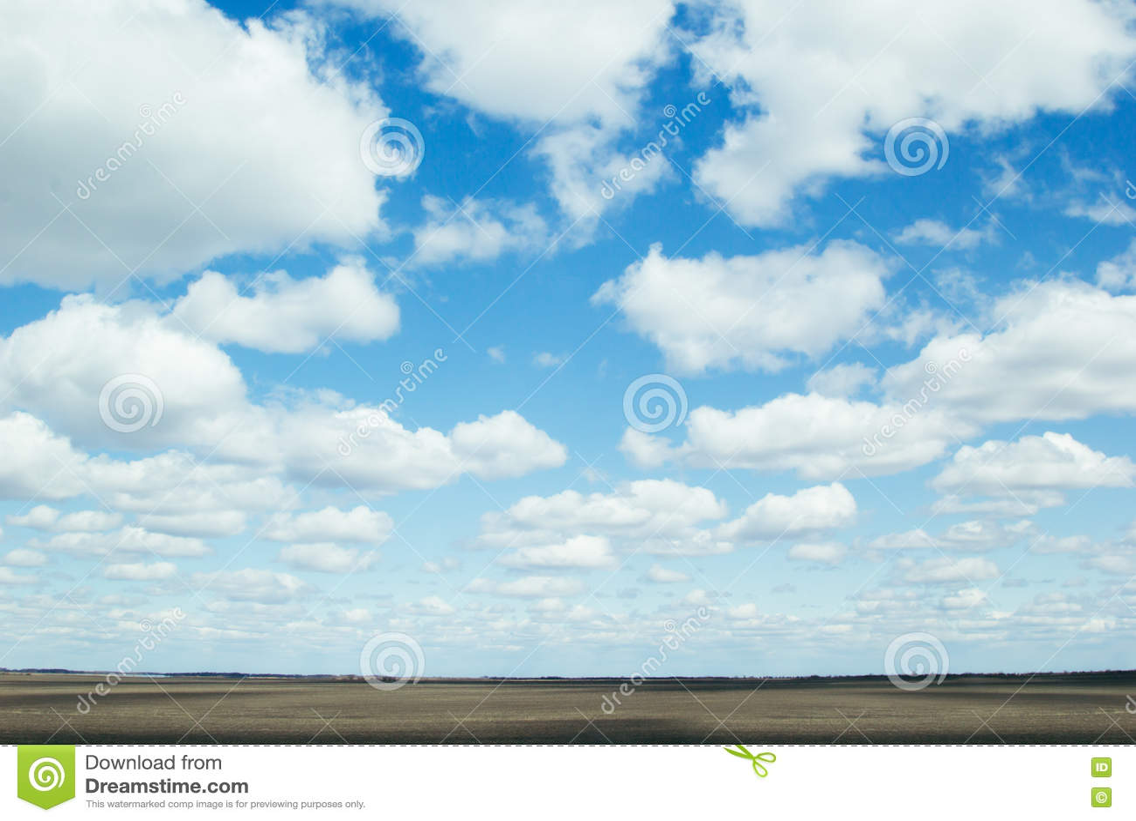 Предпосылка голубого неба с мягкими шелковистыми облаками и прокладка field