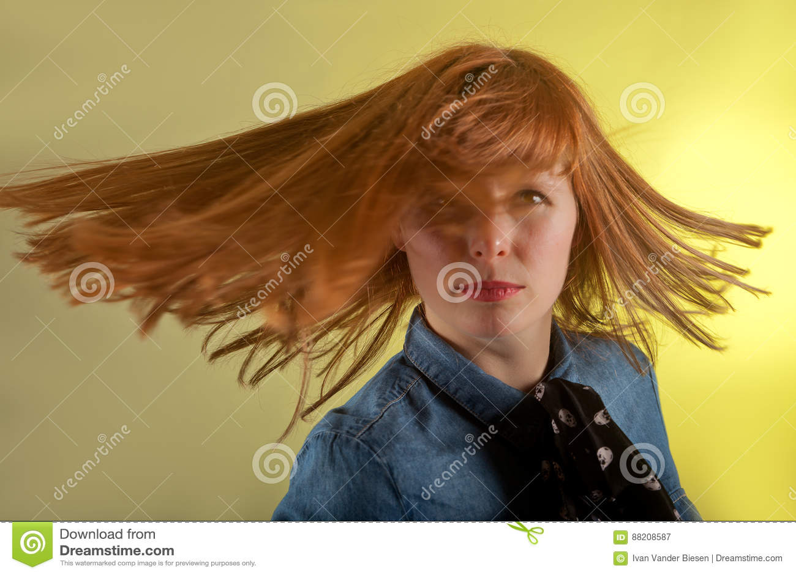 Предпосылка желтого цвета девушки Redhead