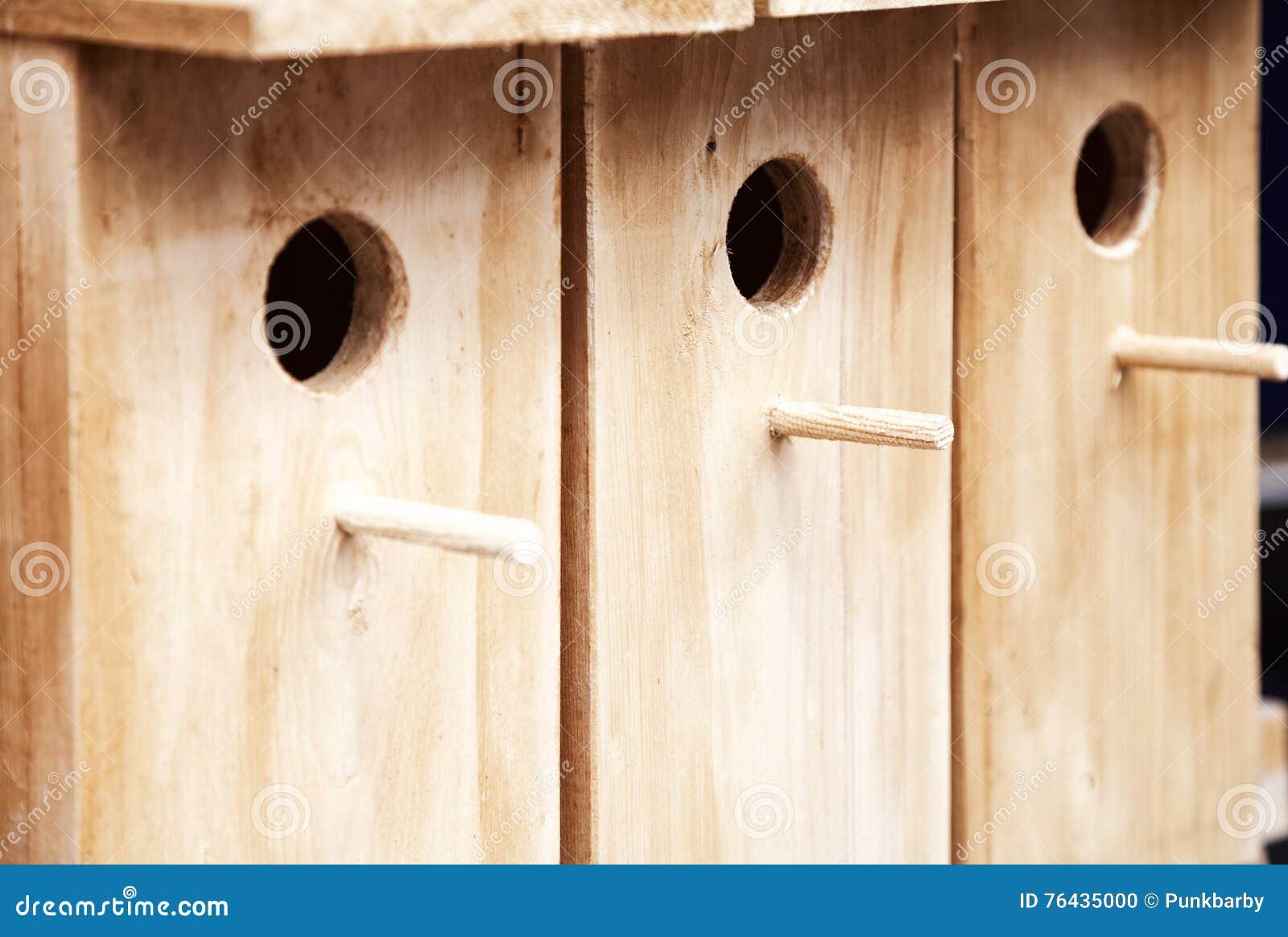 Предпосылка нескольких деревянной birdhouses в ряд Немного деревянных домов птицы для продажи