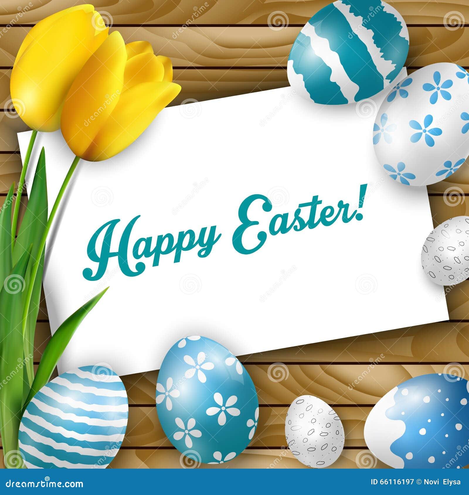 Предпосылка пасхи с покрашенными яичками, желтыми тюльпанами и поздравительной открыткой над белой древесиной
