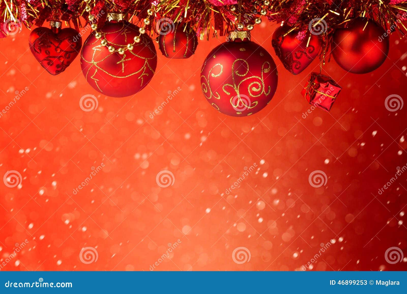 Предпосылка праздника рождества красная мечтательная с украшениями