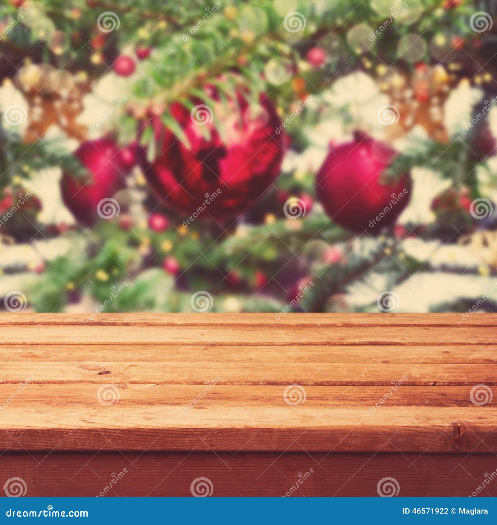 Предпосылка рождества с пустой деревянной таблицей палубы над украшениями рождественской елки