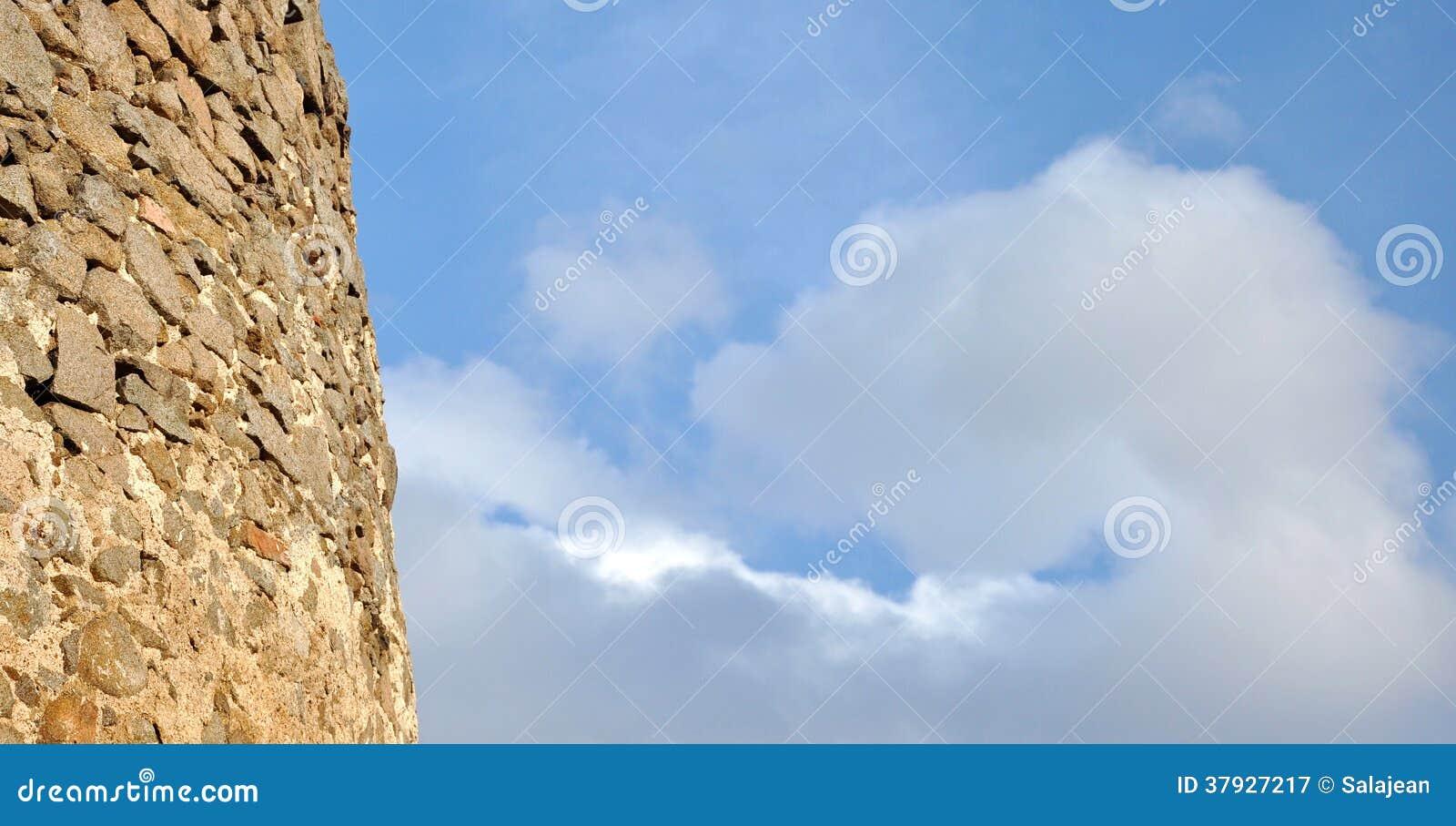 Предпосылка с голубым небом и деталью крепости