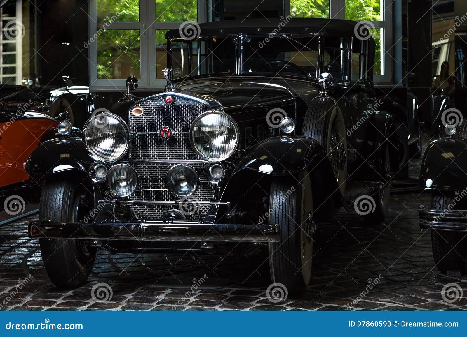 Предпосылка темноты лимузина Cabrio автомобиля Adler Трумпфа автомобиля Кадиллака V-16 винтажная ретро младшая коричневая роскошн