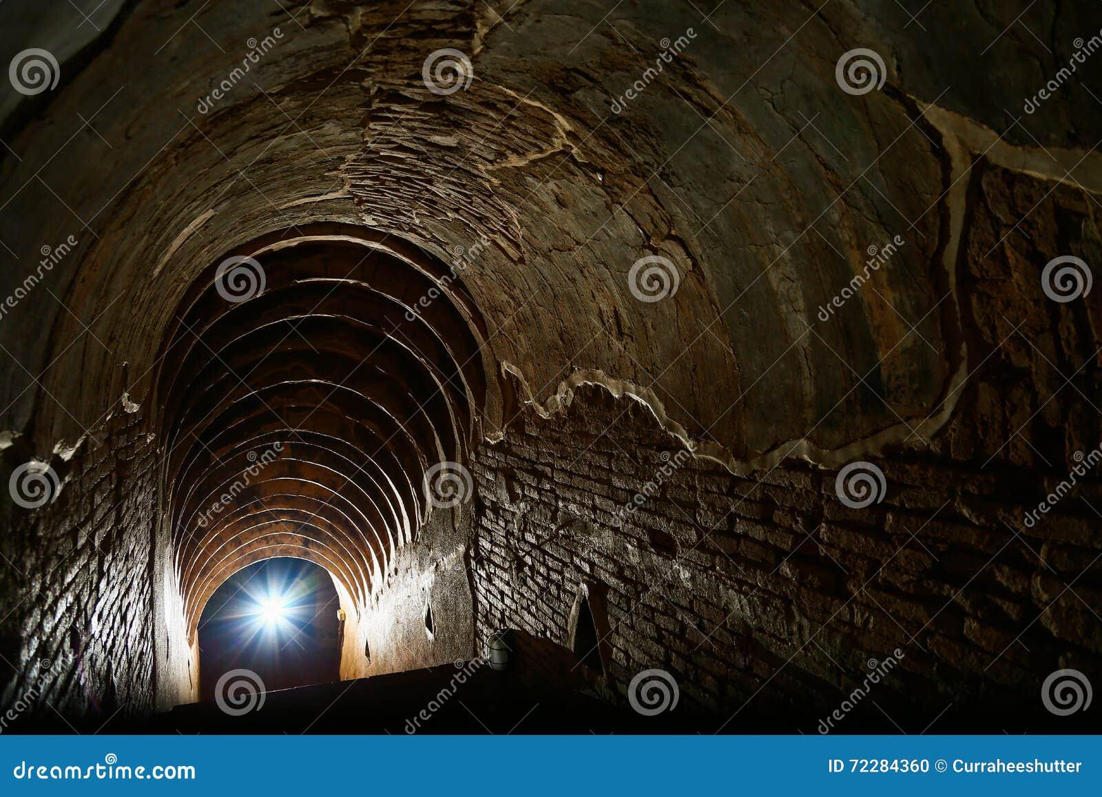 Download Предпосылка тоннеля и концепция дела тоннель с старым кирпичом конец тоннеля и дела концепции успешно тоннель тайны Стоковое Фото - изображение насчитывающей конец, railway: 72284360