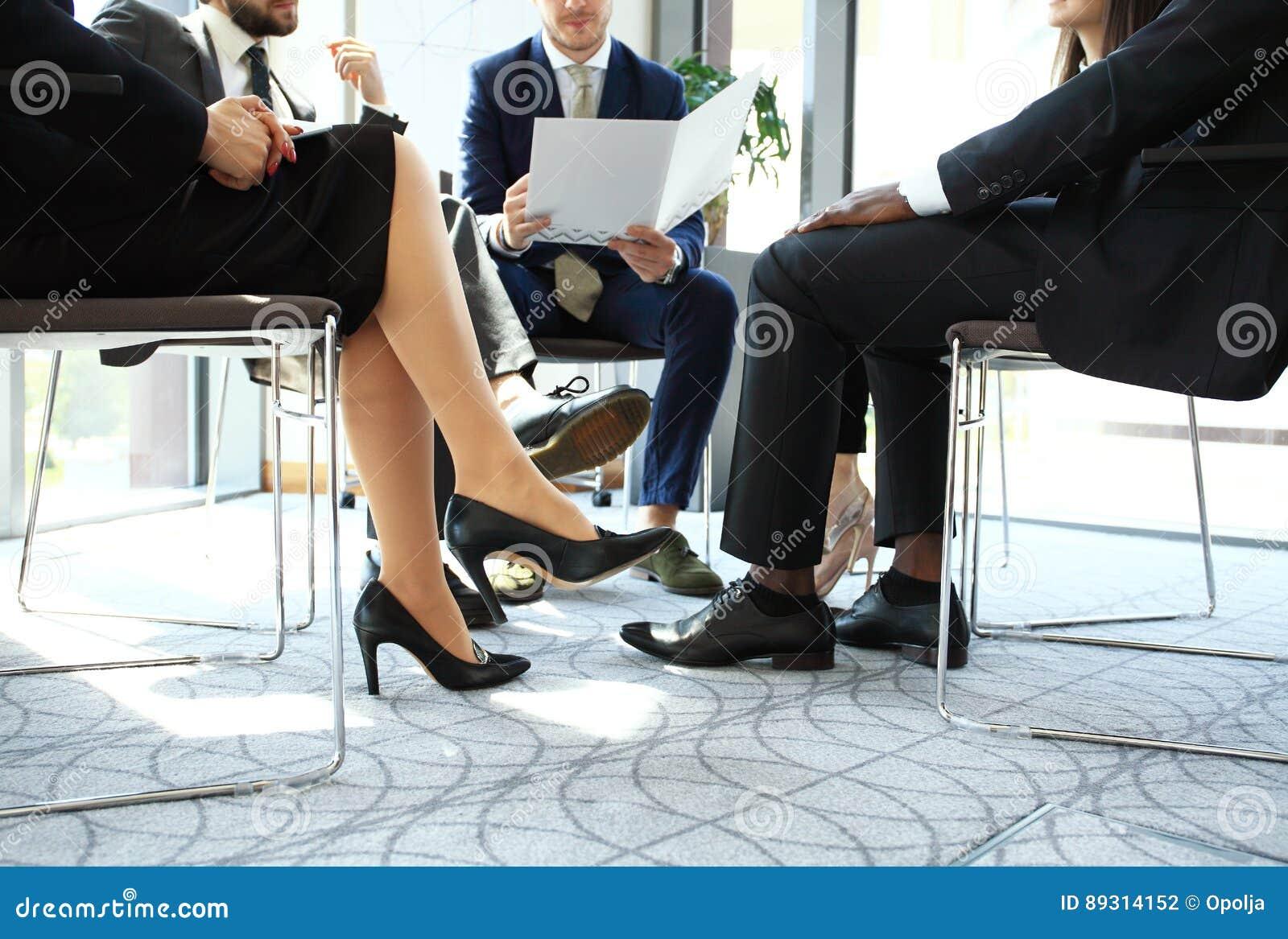 Предприниматели и бизнесмены конференции в современном конференц-зале