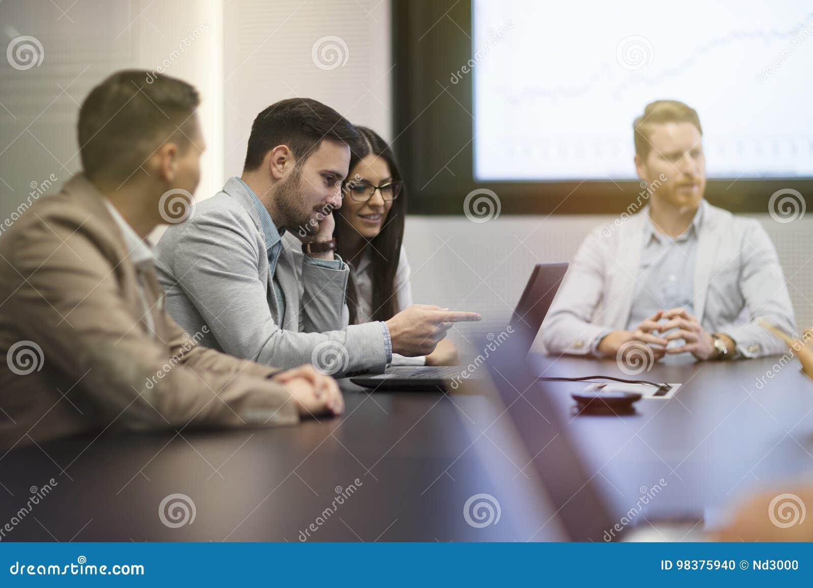 Предприниматели перспективы имея встречу в конференц-зале