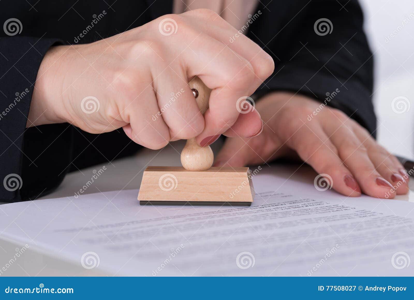 Предприниматель используя Stamper на документе